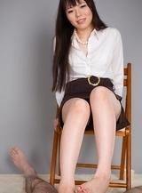 Yuma Miyazaki effortlessly makes him cum with her sexy feet and high heels